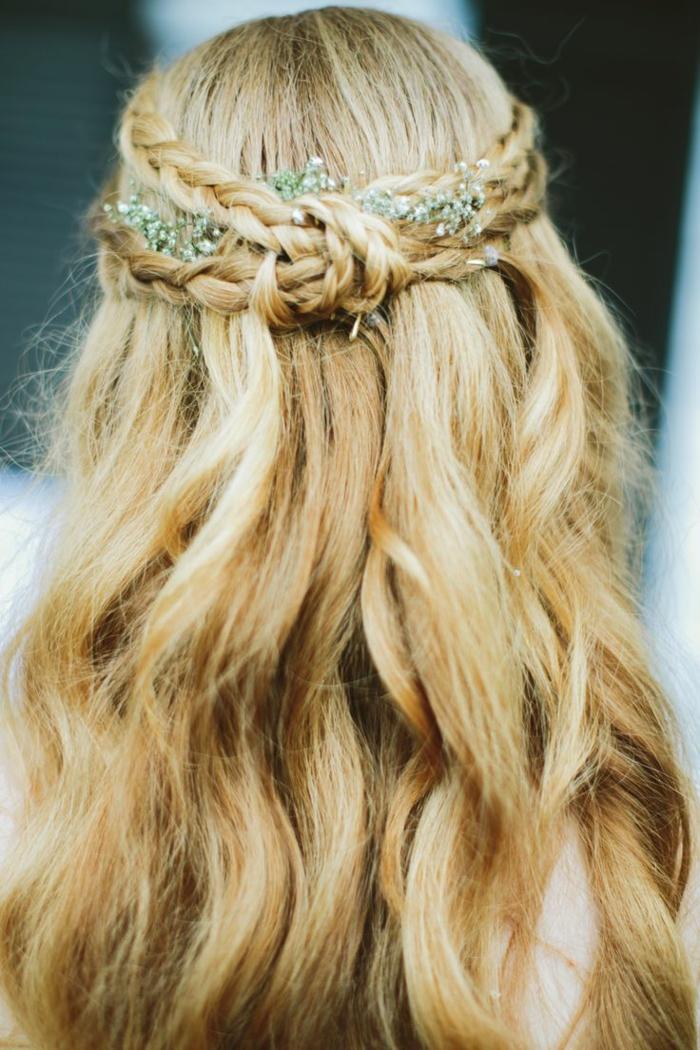 trenzas laterales, mujer rubia con peinado de novia, semirecogido con trenzado doble, moño y decoración floral