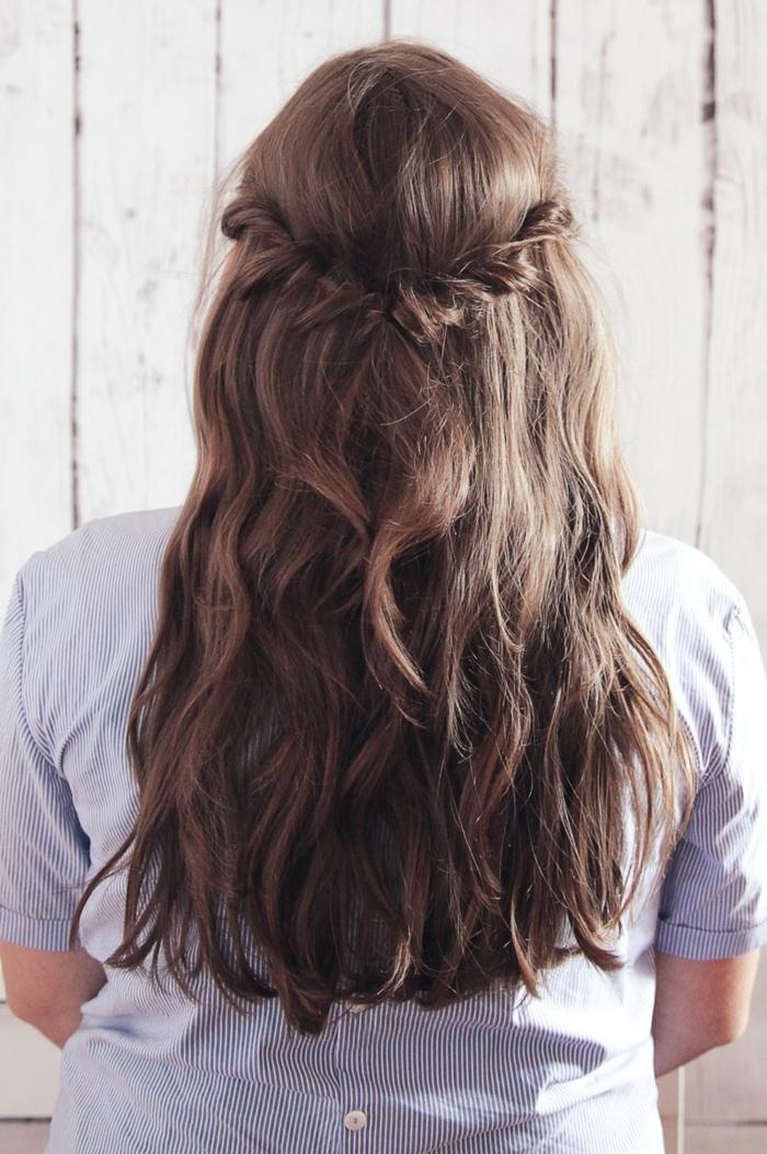 peinados semirecogidos, mujer de espaldas, cabello castaño largo ondulado, semirecogido fácil con mechones unidos y torcidos
