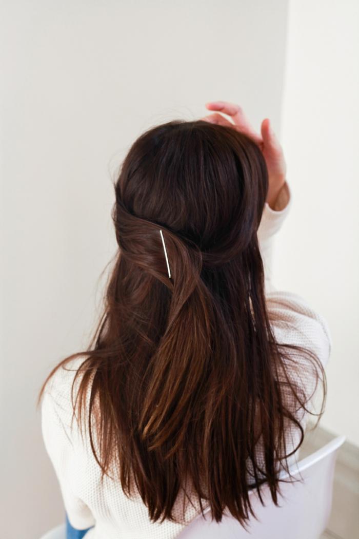 semirecogidos media melena, mujer con pelo lacio castaño, semirecogido sencillo con mechones unidos con broche