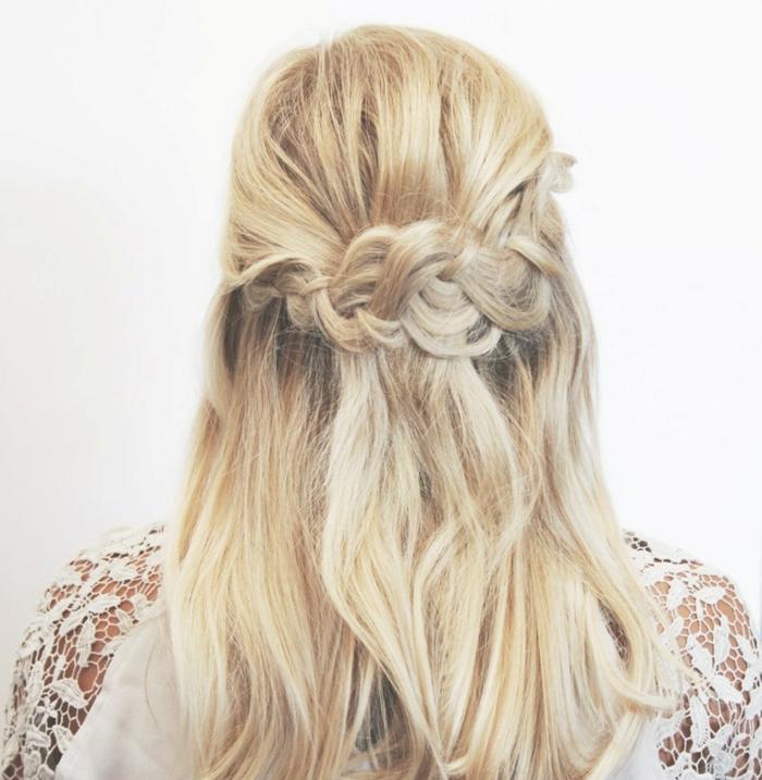 semirecogidos faciles, peinado semirecogido con trenza suelta fijada atrás y tupé, mujer de espaldas, cabello rubio largo