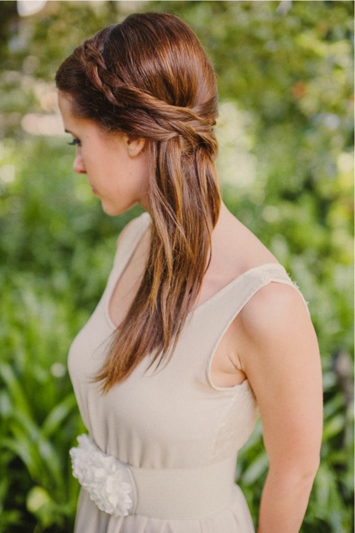 semirecogidos faciles, mujer de perfil con pelo largo lacio, peinado de lado, semirecogido con corona de trenzas