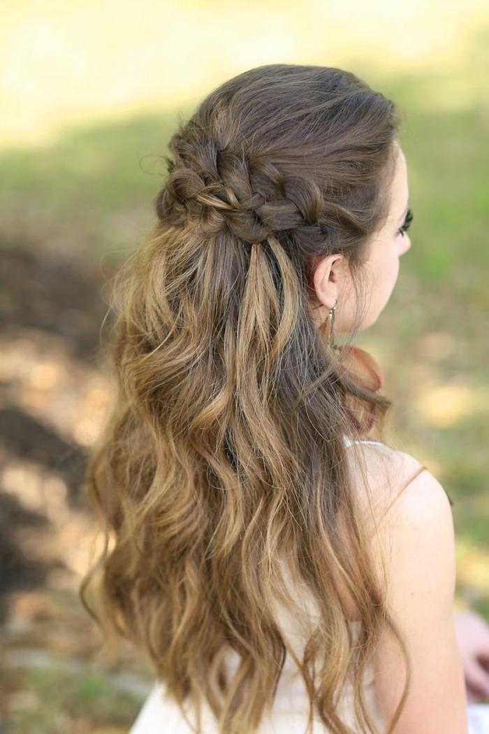 peinados semirecogidos, mujer con pelo castaño rizado, semirecogido con dos trenzas unidas por detrás