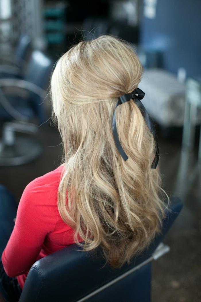 peinados semirecogidos, mujer con pelo rubio ondulado, semirecogido con cinta negra, volumen en la coronilla