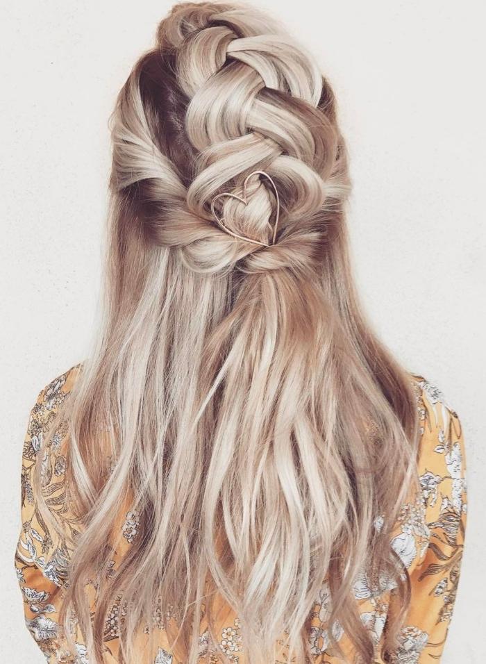semirecogidos pelo rizado, mujer de espaldas, pelo largo rubio, peinado de novia, semirecogido con trenza voluminosa, mechones torcidos y broche en forma de corazón