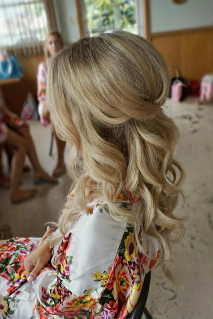 semirecogidos pelo rizado, mujer de perfil, pelo largo rubio ondulado, peinado de novia, semirecogido con tupé