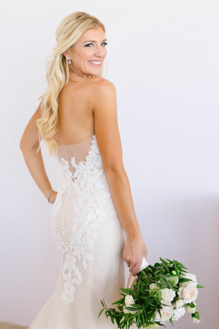 semirecogidos pelo rizado, mujer con vestido ne novia, pelo largo rubio, semirecogido romántico con mechones ondulados