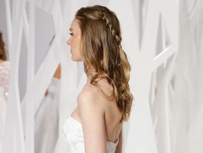 peinados semirecogidos, mujer con vestido de novia, pelo ondulado castaño, semirecogido con trenzas unidas por detrás