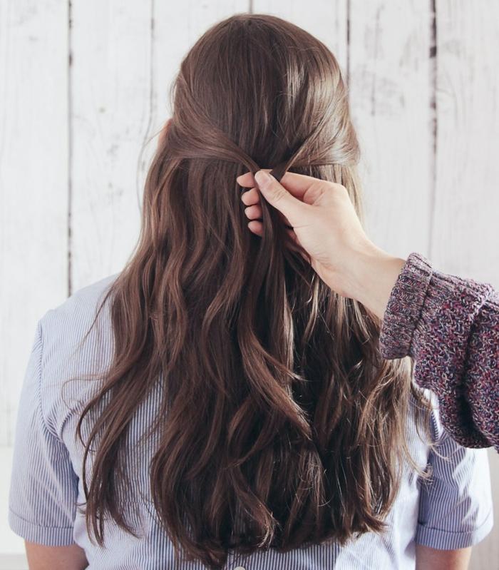 semirecogidos para bodas, paso 1, tutorial para semirecogido sencillo en pelo ondulado naturalmente castaño, mechones unidos y torcidos