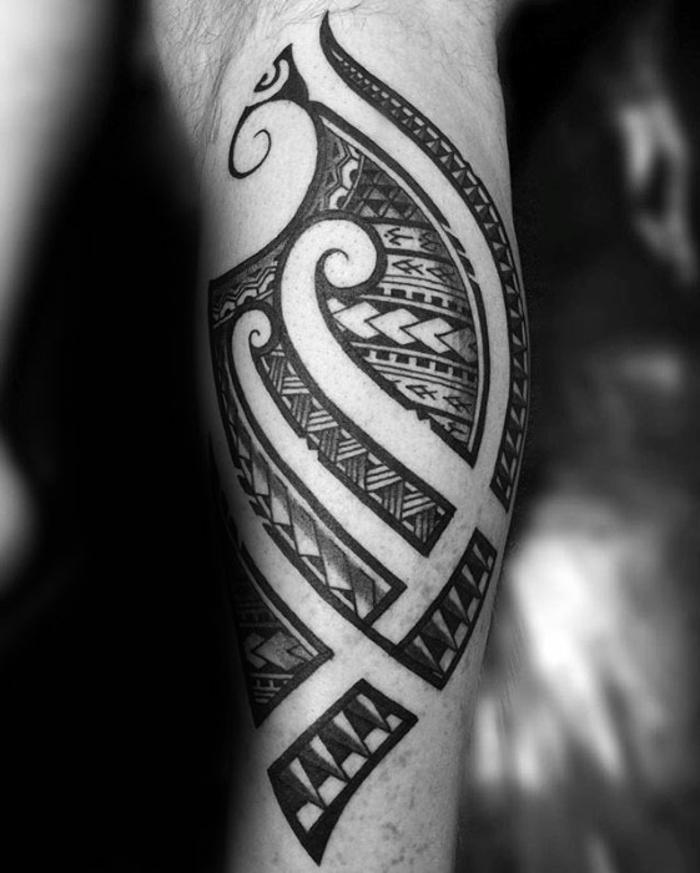 tatuaje maori, foto en blanco y negro, tatuaje maori en pierna inferior con símbolo punta de lanza