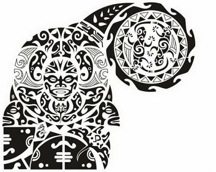tatuajes brazo hombre, diseño de tatuaje maori en blanco y negro para brazo y pecho con cabeza mitológica