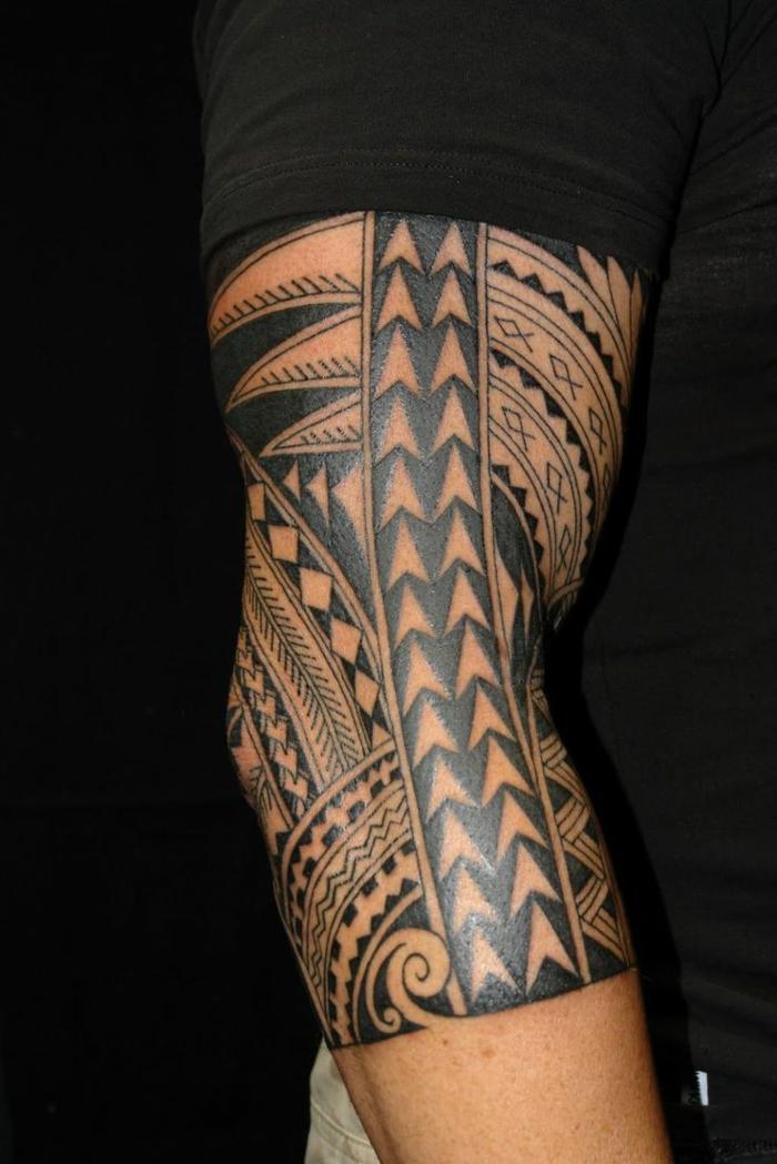 tatuajes brazo, tatuaje maori para hombres, brazo y codo con motivos punta de lanza y dientes de tiburrón, camiseta negra