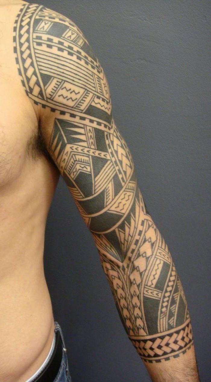 tauajes brazo, tatuaje polinesio brazo entero y hombro de hombre, simbolos de punta de lanza