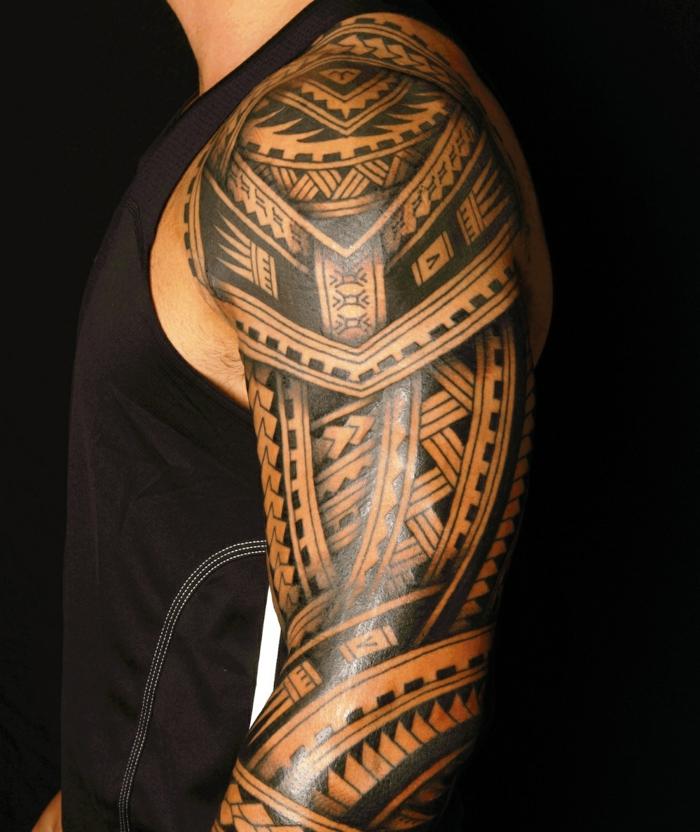 tatuajes brazo hombre, tatuaje maorí en hombro y brazo, motivos polinesios punta de lanza, dientes de tiburón