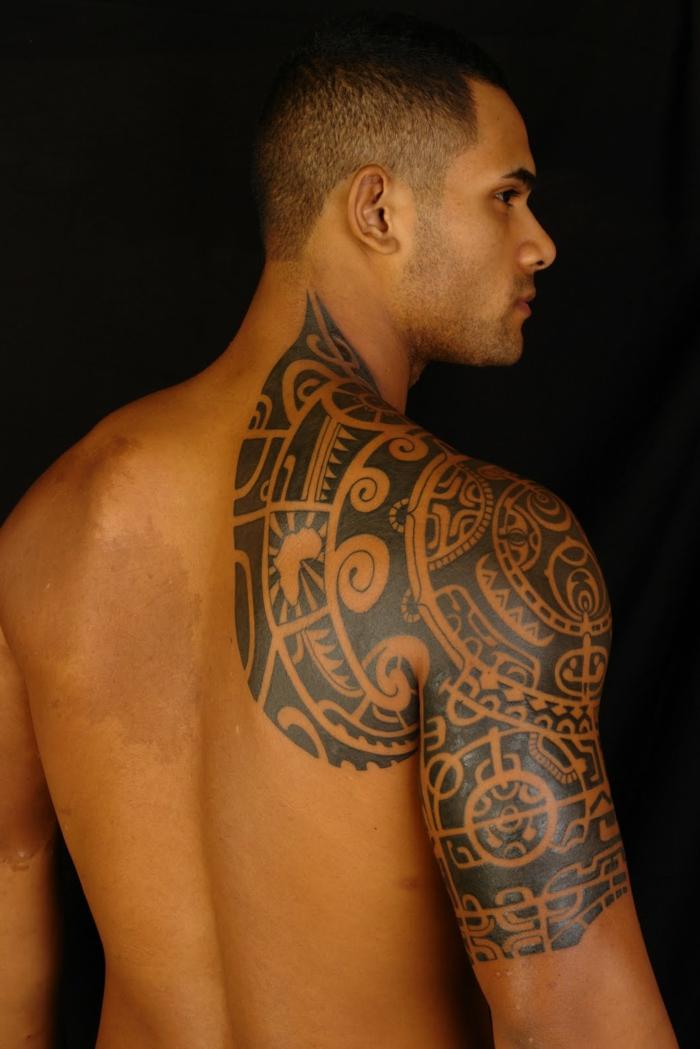 tatuajes brazo hombre, tatuaje maori en medio brazo y espalda, tinta negra, símbolo de océano