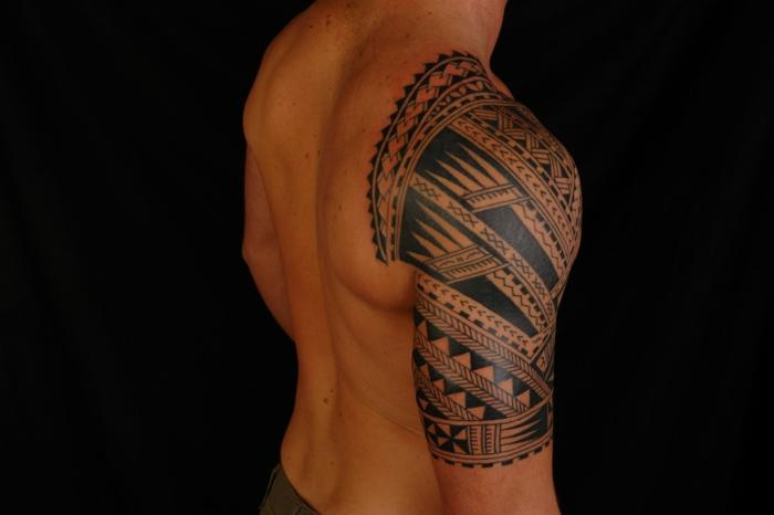 tatuajes hombro, tatuaje polinesio masculino en hombro y medio brazo, símbolo punta de lanza, dientes de tiburón