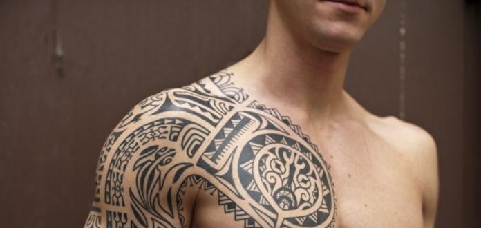 brazalete maori, tatuaje tribal en pecho y brazo para hombres, motivos maories tortuga y lagartija estilizada
