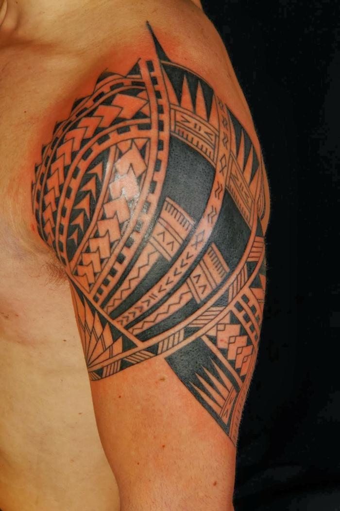 tatuajes antebrazo, tatuaje maori en el hombro, hombre con piel enrojecida, símbolos polinesios