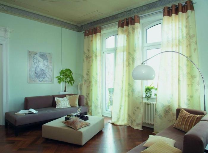 tipos de cortinas, toque aireado, ejemplo en verde claro, tejido transparente, salón con alto techo, paredes pintadas en verde