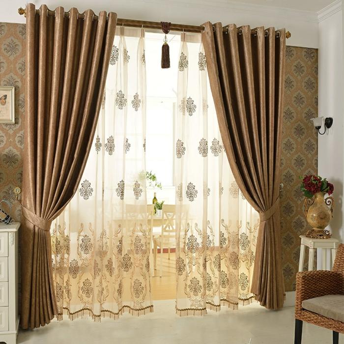 tipos de cortina, cortinas masivas en beige dorado con hermoso visillo de ornamentos, tapices de papel con estampados