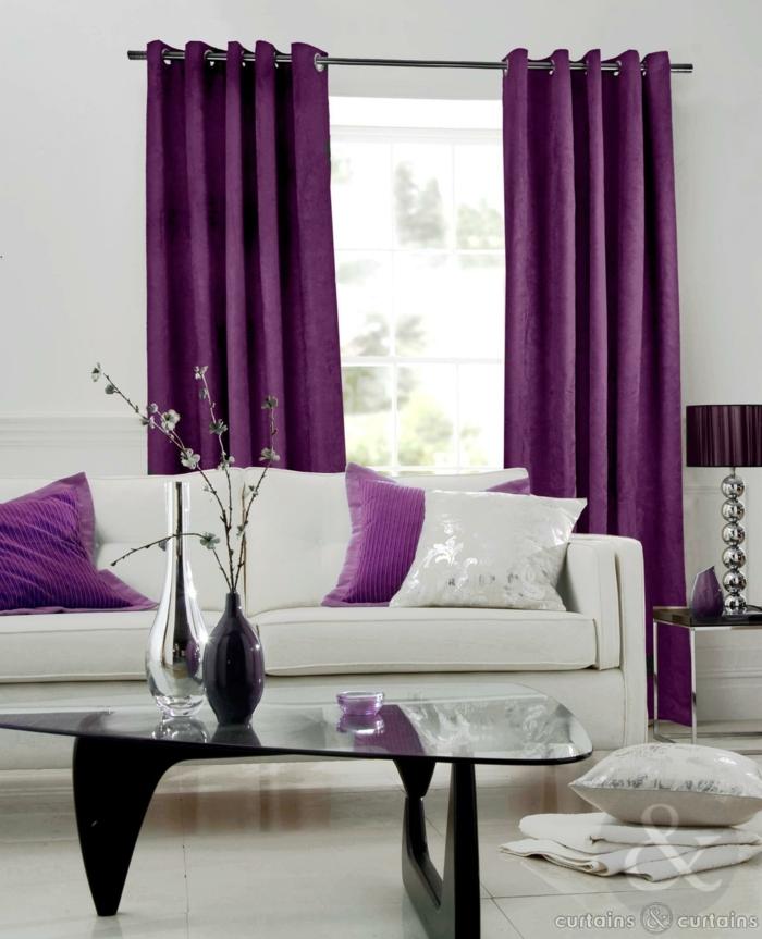 tipos de cortinas, ejemplo de peluche de morado intenso y oscuro, cojines en el mismo color, sofá en blanco