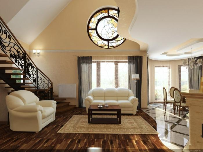 cortinas salon, grande salon con techo nivelado y elementos arqutéctonicos, suelo de madera, sofas de peluche en blanco