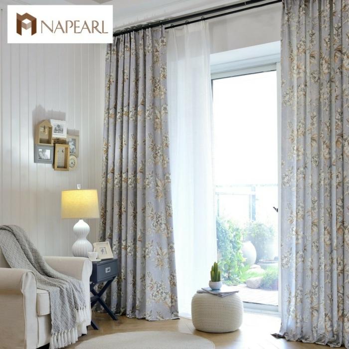 tipos de cortinas, propuesta elegante y refinada en azul bebé con motivos florales, tonos de gris, visillo delicado de velo