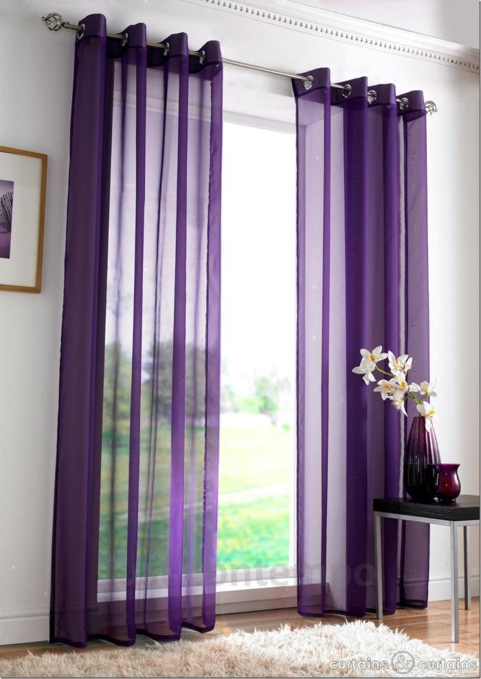 tipos de cortinas, visillo ligero en color lila intenso para enfatizar las cortinas, blanca alfombra peluda