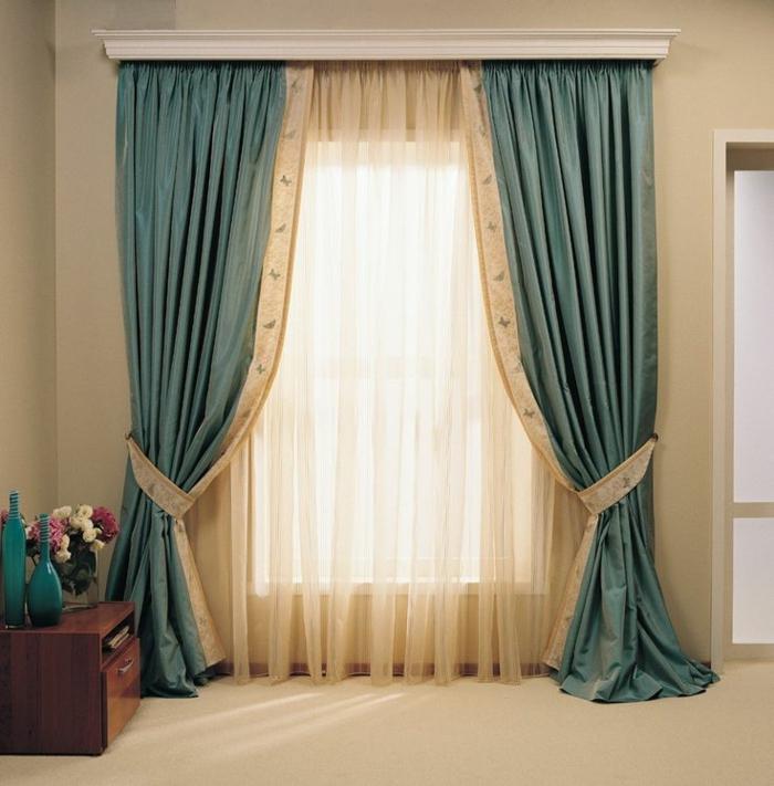 tipos de cortinas, ejemplo de cortinas delicadas en azul marino y visillo en beige, alzapaños en ornamentos