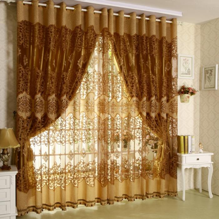 telas cortinas, ejemplo exquisito con detalles de encaje y color dorado, salón en blanco con tapices de papel en elementos geométricos