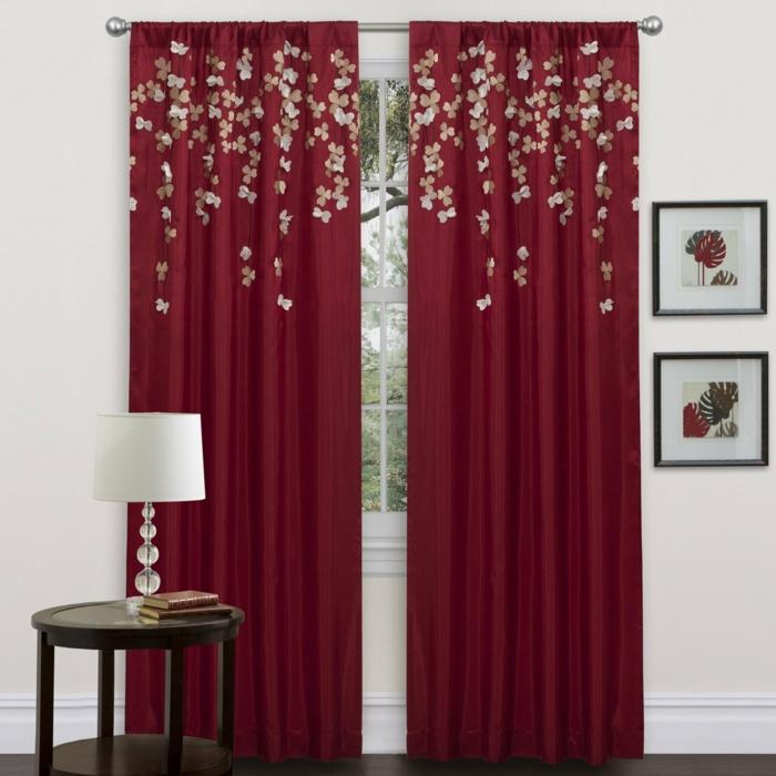telas cortinas, cortinas clásicas rojas con aplicación de pequeñas flores, mesilla de madera con lámpara blanca