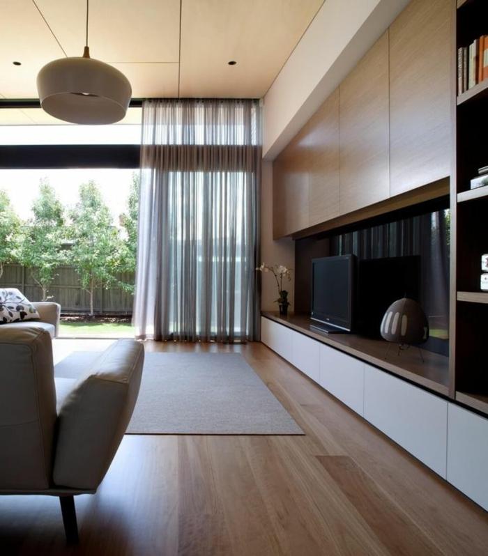 telas cortinas, visillo delicado en beige para grandes salones, armario grande de madera, alfombra y muebles en beige