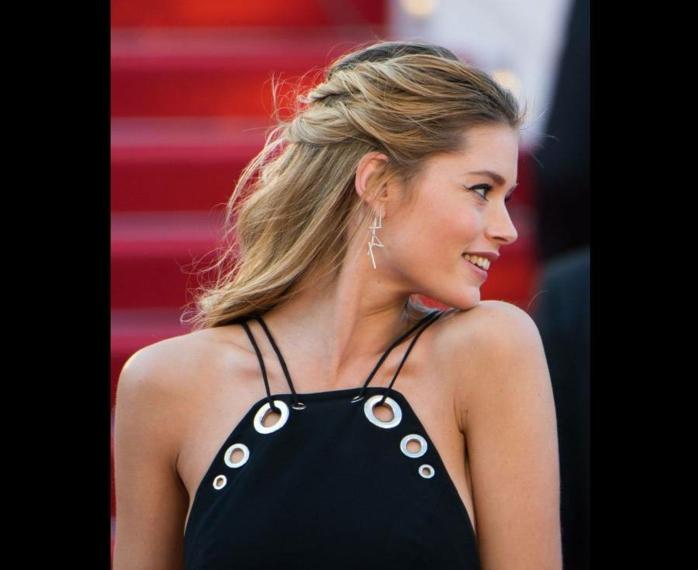 semirecogidos con trenzas, mujer de perfil con vestido negro, pelo rubio, semirecogido con mechones laterales torcidos y unidos por detrás