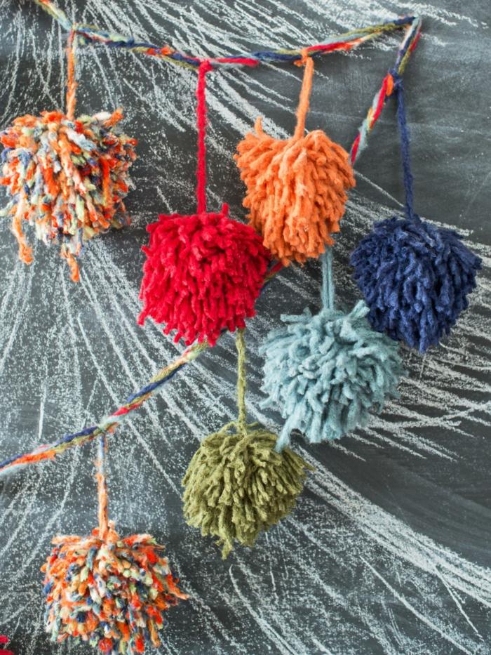manualidades de navidad para niños, pompones en rojo, azul, verde y naranja, idea colorida para decorar la casa
