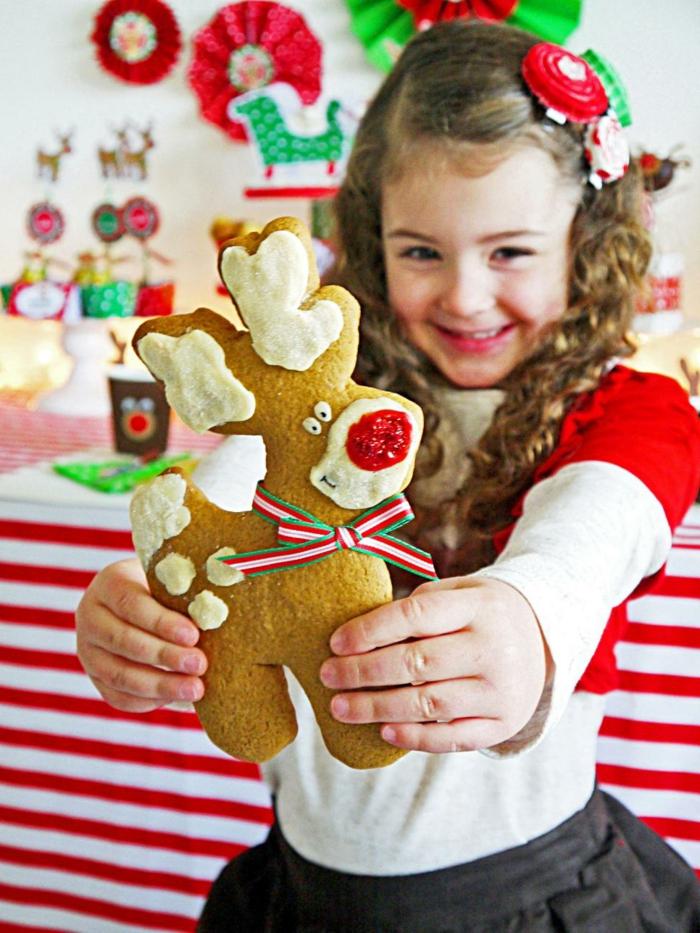 manualidades sencillas, galleta navideña en forma de ciervo decorada con motivos navideños