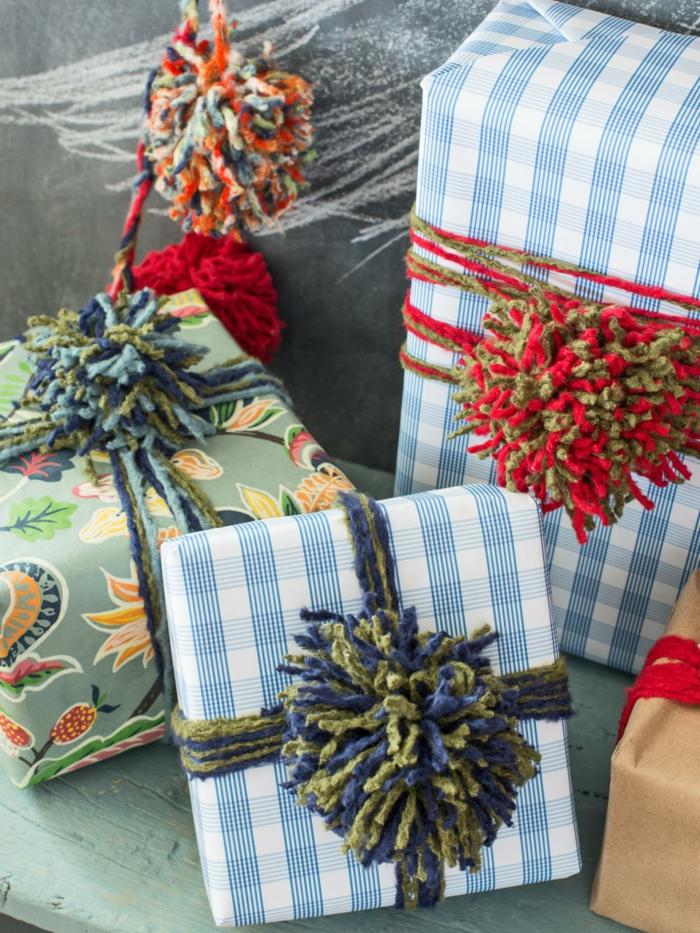 manualidades de navidad para niños, empaquetados coloridos con pompones juguetones, ideas originales para los niños