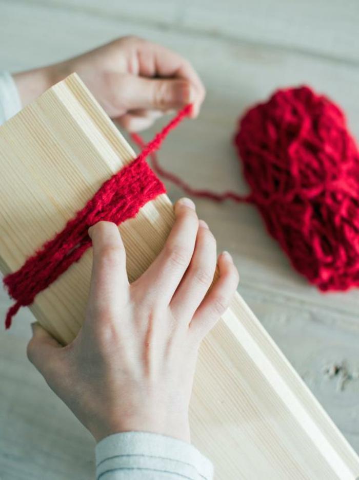manualidades de navidad para niños, como hacer un pompón de hilo rojo, ideas para los pequeños