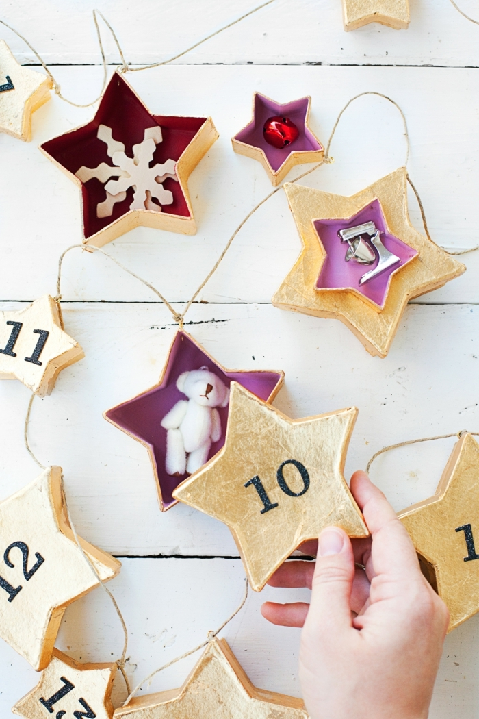 decoracion-navideña-calendario-de-navidad-casero-original-cajas-en-forma-de-estrella-de-diferente-tamaño-y-cosas-dentro