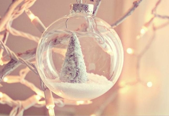 bolas de colores, bonito adorno en blanco hecho de bola de vidrio transparente y decoración navideña