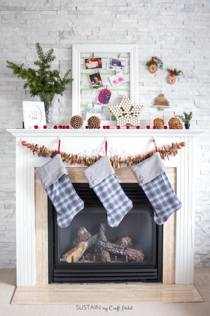 como hacer una estrella, chimenea decorada con motivos navideños, calcetines de navidad, estrella de corchos original