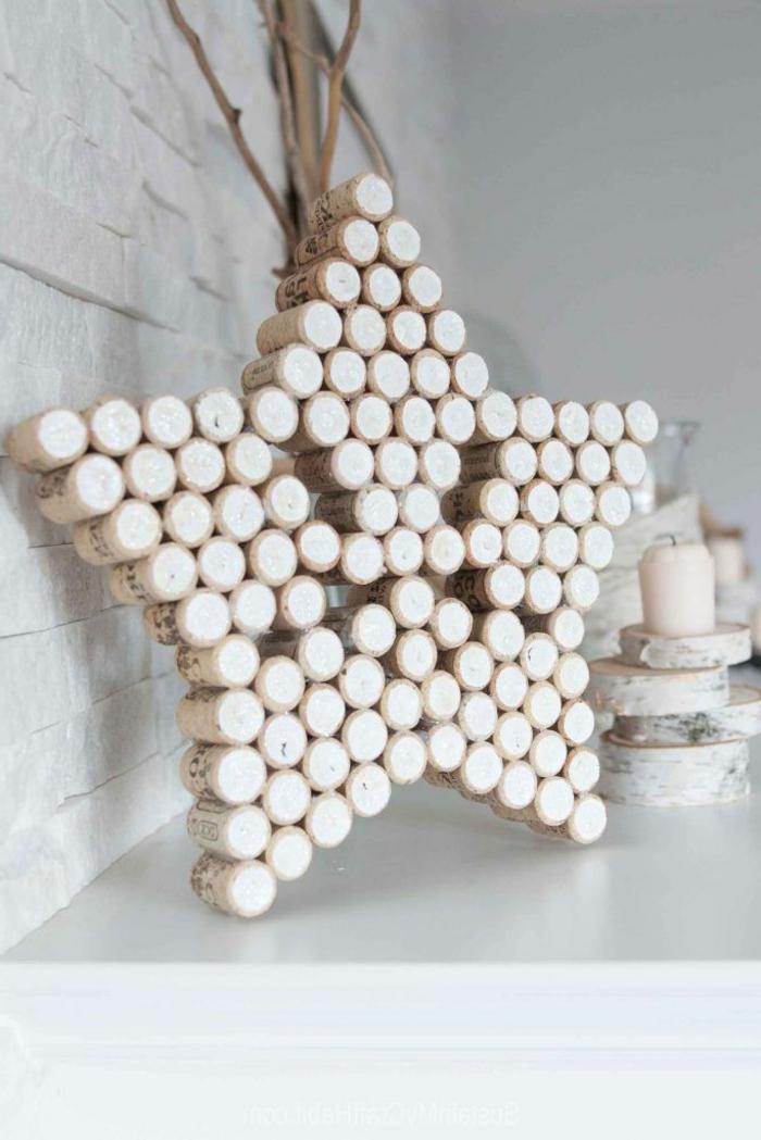 como hacer una estrella, adorno de corchos en forma de estrella, decoración navideña en blanco, velas decoativas