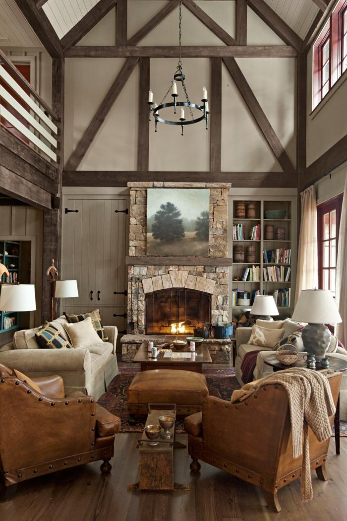 chimeneas de leña, salón en estilo rústico con techo grande, candelabro vintage, chimenea de piedra con pintura encima