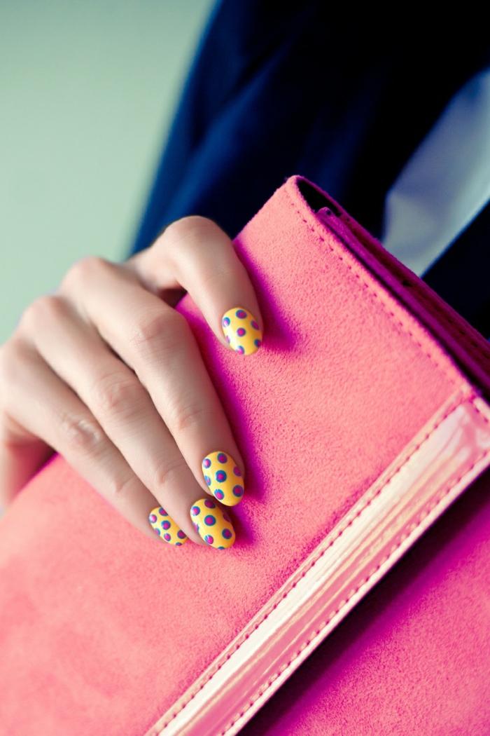 diseños de uñas, propuesta fresca y alegre de uñas en amarillo con interesantes lunares en rosado y azul