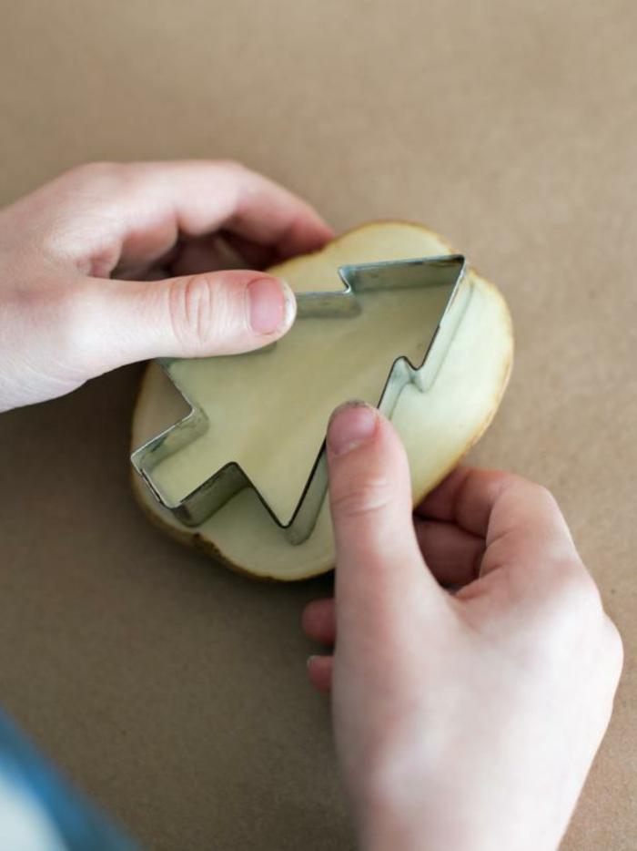 manualidades navidad, forma de galletas en forma de árbol navideño, idea fácil y original para hacer estampados de Navidad