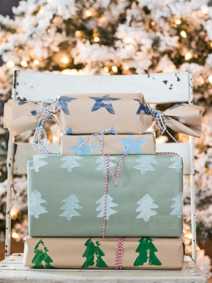 manualidades navidad, regalos empaquetados con papel bonita con estampados navideños, manualidades faciles para niños