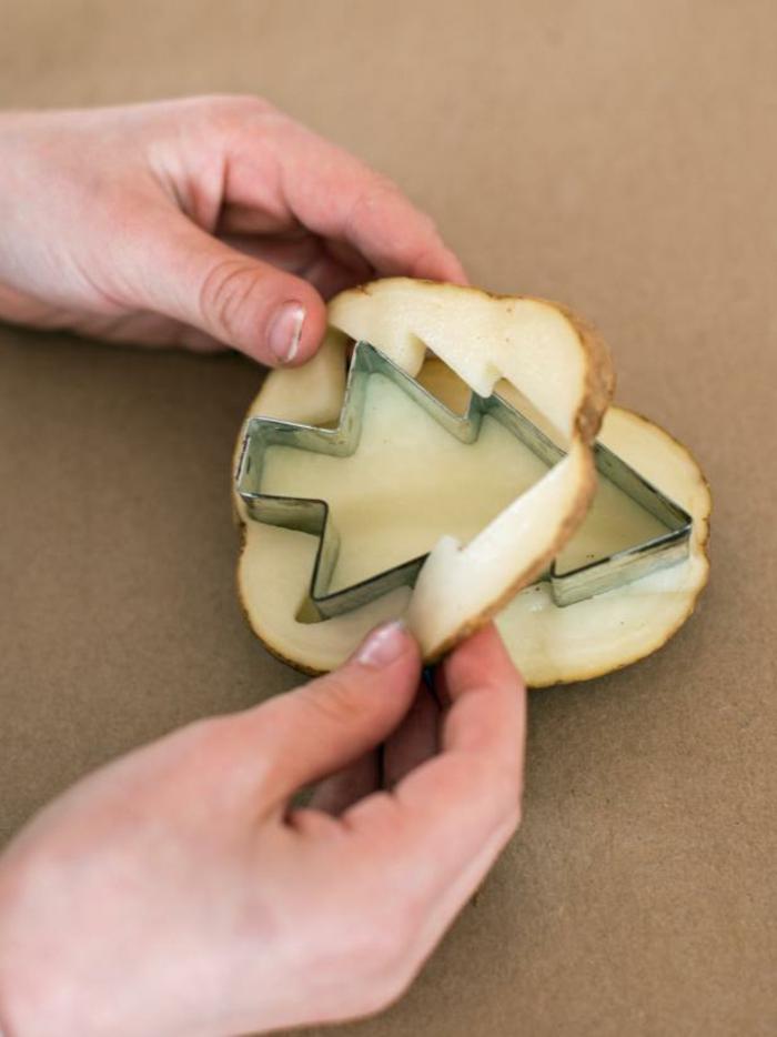 manualidades navidad, ideas originales para hacerlas con los niños, idea con patata para hacer un estampado navideño