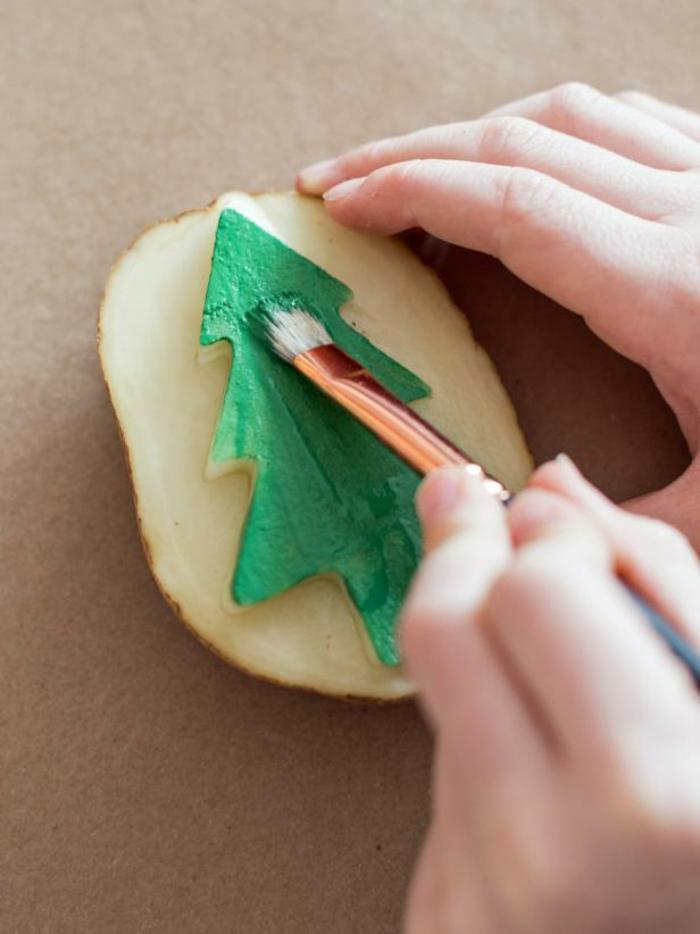 manualidades navidad, pintar una patata para elaborar un sello decorativo para navidad, ideas creativas para los pequeños
