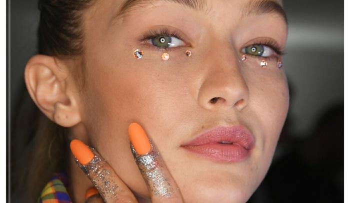 diseños de uñas, colores modernos para la nueva temporada, mujer rubia con uñas largas pintadas en color naranja