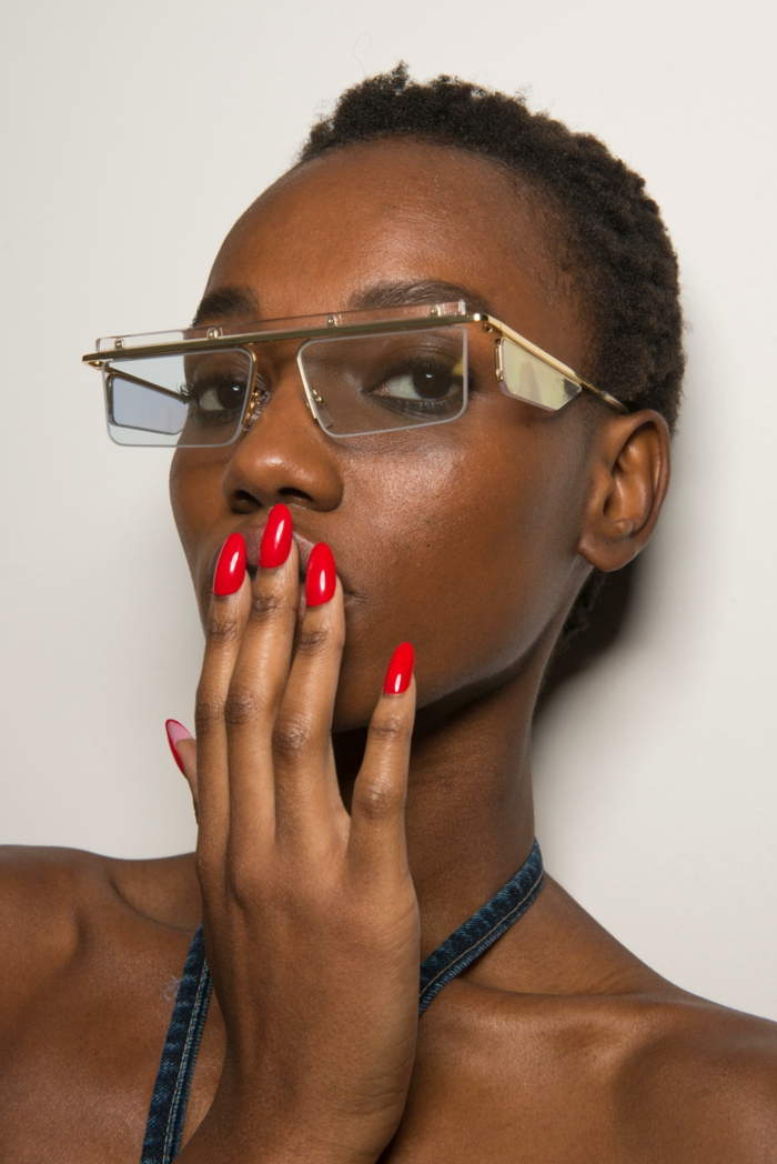 diseños de uñas, colores modernos 2018, mujer con uñas largas en forma de almendra en rojo fuego