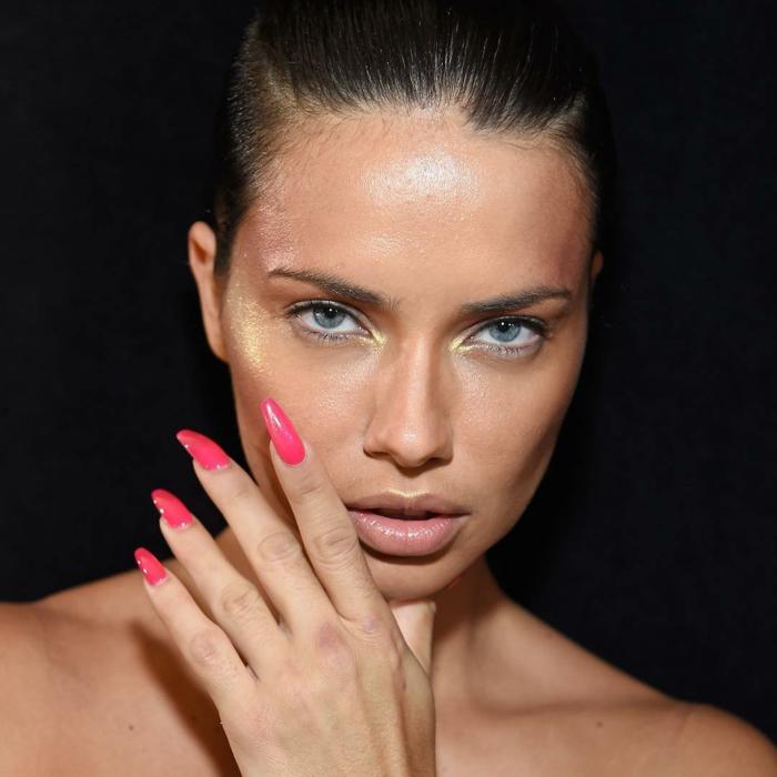 uñas pintadas, diseño de uñas pintadas en rosado intenso en uñas de forma ballerina, adriana lima presentado las tendencias en manicura 2018