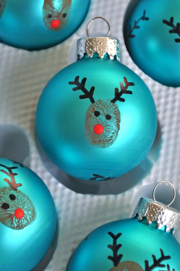 bolas de navidad, esferas en azul con efecto mate, bolas decoradas con cara de ciervo, manualidades faciles para niños